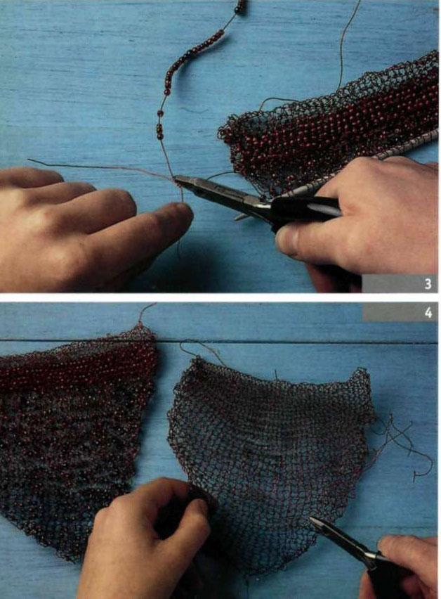 Сложите вместе переднюю и заднюю части сумочки изнаночными сторонами и сшейте их проволокой, а затем обметайте швы.