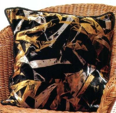 Роспись бархата. Бархатная подушка, выполненная светящимися красками.
