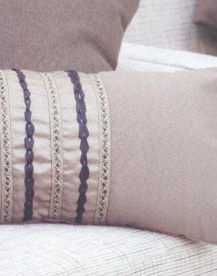 Как сделать оригинальную подушку (чехол на подушку), вышитую лентой.