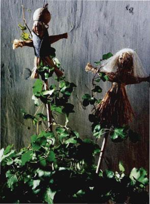 Как сделать интересные палочки - поддержки для цветов из мочала. Куклы из соломы.