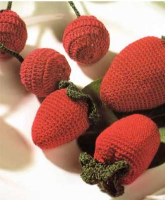 Как украсить стол к празднику. Как вязать ягоды: вишню и землянику.
