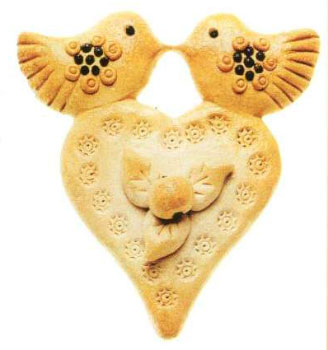 Лепка из солёного теста. Сердце с яблочком и птицами.