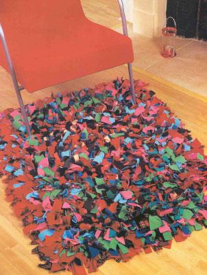 Делаем самостоятельно коврики из лоскутов. Делаем мохнатый коврик.