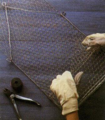 Плетение из проволоки. Как сделать полочку для банок, горшочков и специй.