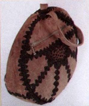 Как сделать модную вещь из лоскутов кожи. Модная круглая сумка своими руками.