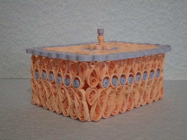 На первый взгляд техника бумагокручения несложна.  Полоска бумаги для квиллинга свивается в плотную спираль.