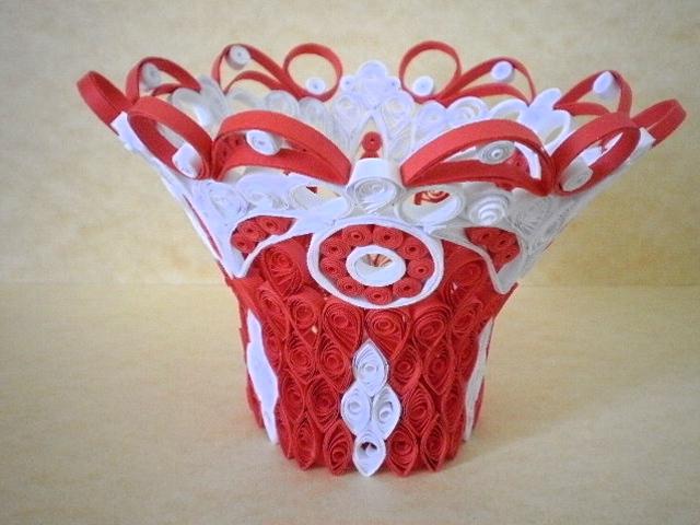 Выше: красно – белая ваза.