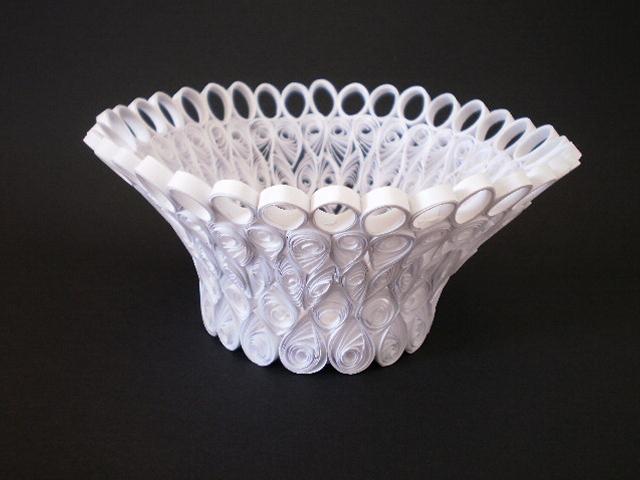 Выше: белая ваза из завитков.