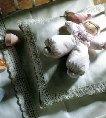 Подарок новорожденному. Комплект постельного белья, обвязанного крючком.