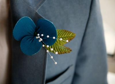 Цветы в лацкан пиджака жениха из проволоки и колготок.