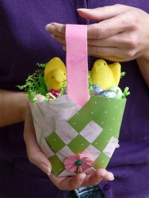 Плетение из бумажных полосок. Упаковка - корзинка для пасхального подарка.