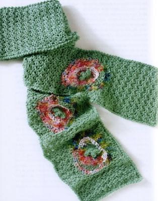 Как вязать весенний шарф с декоративными заплатками.