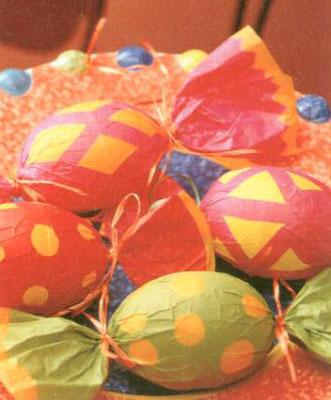 """Украшаем пасхальные яйца вместе с детьми: наклейки и фантики. Окрашивание """"Пчёлка""""."""