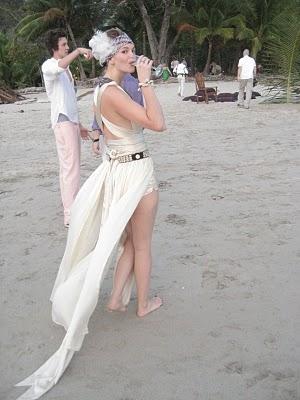Роскошное летнее свадебное платье для смелой невесты. Вечерний наряд для пляжной вечеринки.