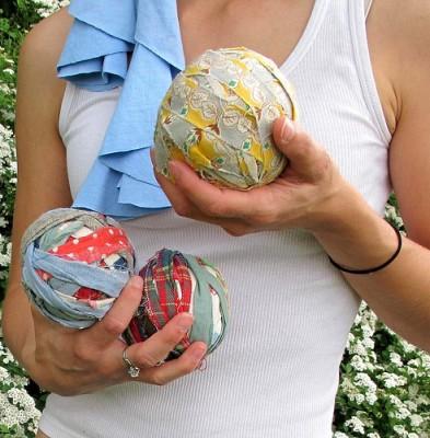 Мягкие мячики из полосок ткани.