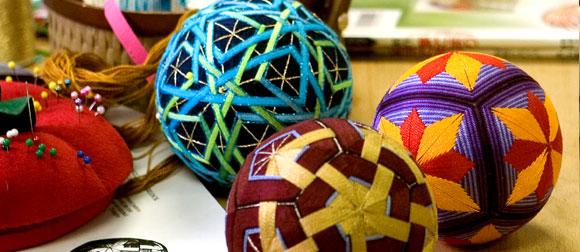 и вышивки шаров темари.