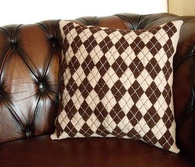 Как сделать оригинальную подушку из старых свитеров.