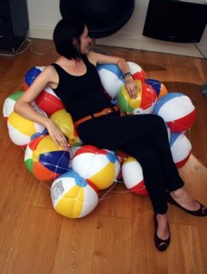 Удобный пуфик из детских мячиков.