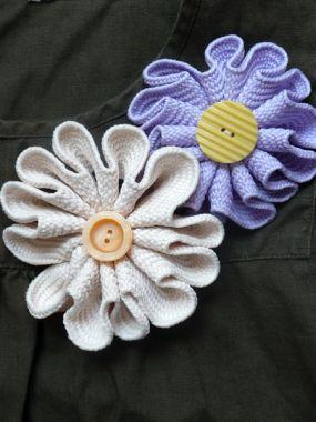 Как сделать цветок из плотной вязаной тесьмы.