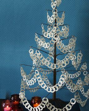 Новогодние гирлянды из бумажных колечек.