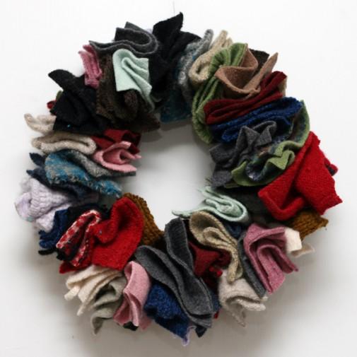 Для этих веселеньких венков можно использовать старые носки и свитера.