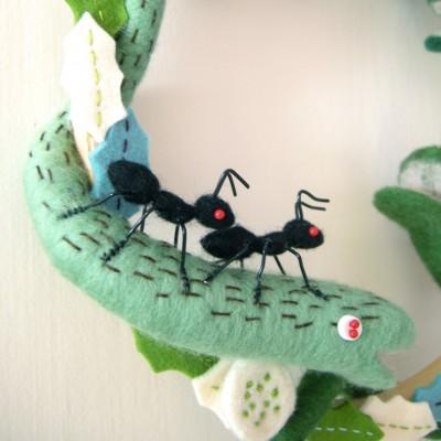Валяние по кругу. Венки с крокодилами и муравьями и новогодний.