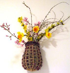 Весеннее настроение: как сделать вазу из корзинки.
