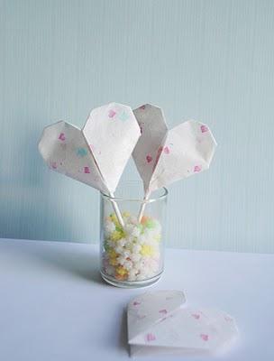Бумажные сердечки со сладким сюрпризом.