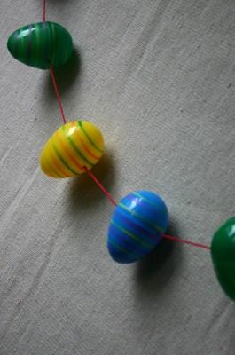 Гирлянда из пластиковых яиц.