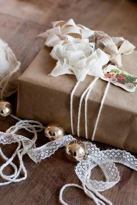Цветы из мешковины. Упаковка подарка за 5 минут.