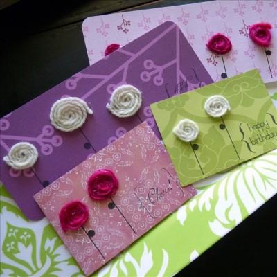 Нитки и клей - отличный декор открытки.