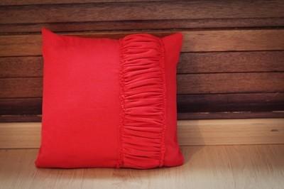 Декор подушки присборенной тканью.