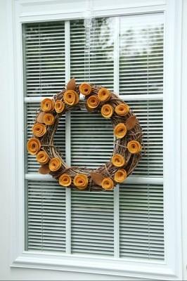 Идеи из фетра - украшение с розами из войлока.