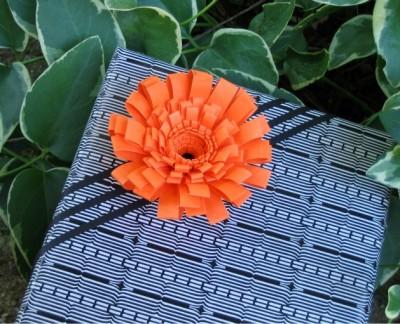 Цветок с бахромой ручной работы для украшения подарка.