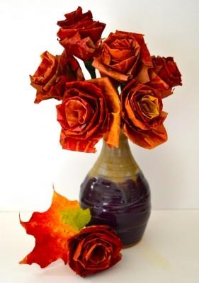 Осенний букет роз из кленовых листьев.