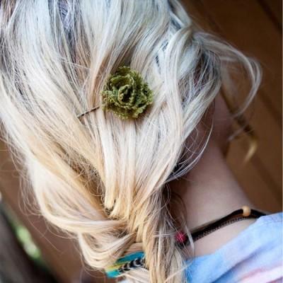 Нежная роза для роскошной причёски.