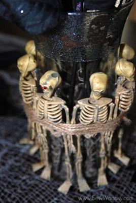 Ваза со скелетами - стильное украшение к Хэллоуину.
