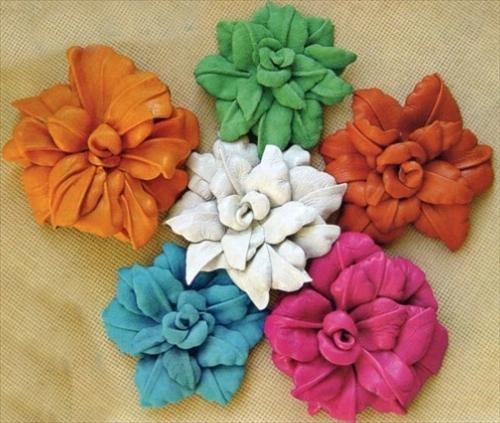Брошка-цветок, выполненная из кожи