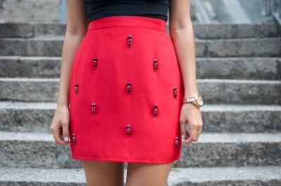 Как расшить стразами яркую юбку